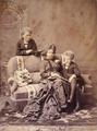Rainha D. Maria Pia com os príncipes D. Carlos e D. Afonso (Porto, 1875) - Emílio Biel (Antiga Casa Fritz).png