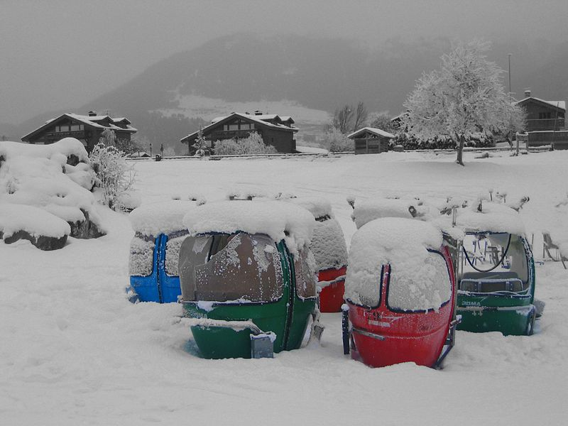 File:Retired gondolas, Le Praz 01.jpg