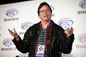 Richard Hatch (actor) - Hatch speaking at the 2016 WonderCon.