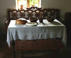 Tradycyjnie zastawiony stół w bieszczadzkiej chacie z Dąbrówki (Sanockie Muzeum Budownictwa)