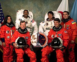v.l.n.r. Vorne: Steven Lindsey, Kevin Kregel;Mitte: Kalpana Chawla, Leonid Kadenjuk;Hinten: Winston Scott, Takao Doi