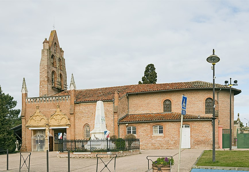 English:  Saint-Jean, Haute-Garonne. The church Saint-Jean Baptiste and the war memorial.