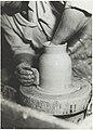 Saven dreijausta, keramiikkataiteen osasto, 1930-luku. Taideteollisuuskeskuskoulun opetustilanteita.-TaiKV-09-004.jpg