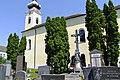 Senning Friedhofskreuz und Pfarrkirche.jpg