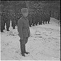 Sotamies Valdemar Kosonen kuuntelee kunniakomppanian edessä virallista ilmoitusta siitä, että hänelle on annettu Mannerheimristi 19.10.1941.jpg