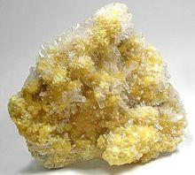 Associazione di celestina (cristalli trasparenti) e cristalli di zolfo col loro tipico color giallo intenso