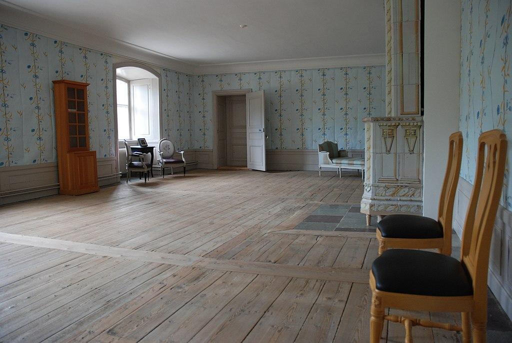 Svartsjö slott sal en trappa upp.jpg
