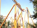 Ficheiro:Tatsu, Six Flags Magic Mountain, completing a Pretzel loop.ogv