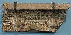 Tempio di Hera a Paestum (parte terminale del tetto).jpg