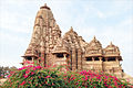 Temple de Kandarîya Mahadeva (Khajuraho) (8453346319).jpg