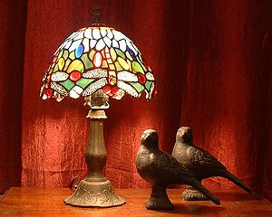 Light fixture - Tiffany dragonfly desk lamp with pigeon sculptures