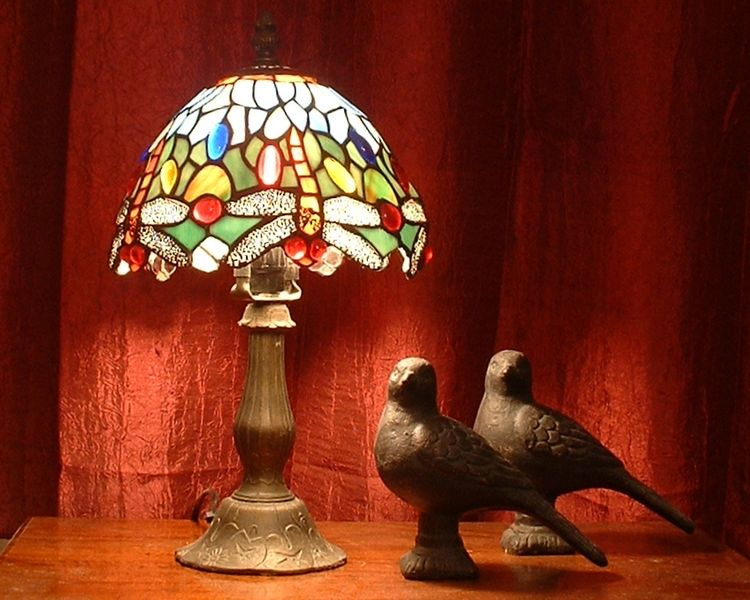 File:Tiffany dragonfly lamp with pigeon sculptures.jpg