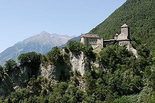 Castel Tirolo nel comune di Tirolo. Fu sede dei conti del Tirolo.