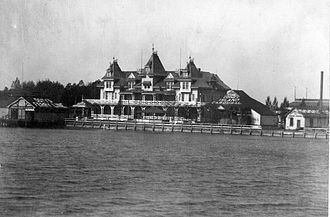 Toronto Ferry Company - To the left of the Hanlan Hotel, you can see the Doty Ferry Company docks, on the Toronto Island