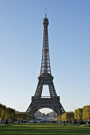 Français : La Tour Eiffel, vue du Champ-de-Mar...