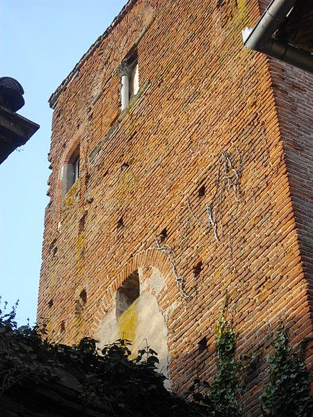 Tour en brique du XIIIe siècle. A l'étage, fenêtres géminées murées, séparées par une colonne de pierre. Trous de boulin de la construction visibles et traces de remaniements des ouvertures.