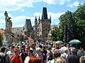 Touristenmassen auf der Karlsbrücke.jpg