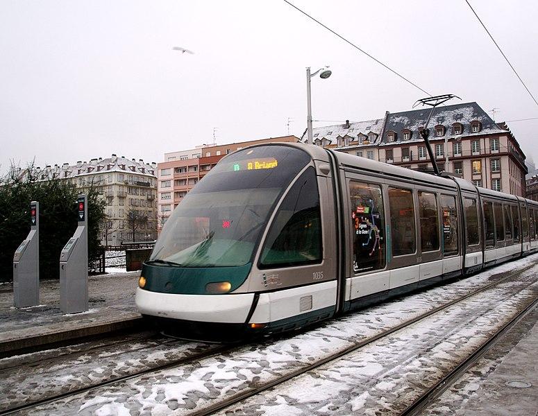 Un tramway, place de l'étoile à Strasbourg