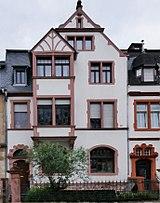 Lage Dreiachsiges Historisierendes Wohnhaus Kastenerker Mit Fachwerkgiebel Architekt M Banner Straßenbildprägend