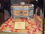 Coffret présenté comme contenant des poils de la barbe de Mahomet dans le mausolée de Djalâl ad-Dîn Rûmî à Konya