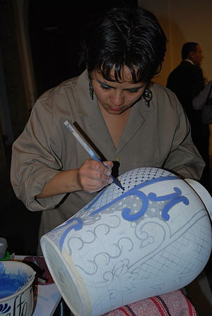 Uriarte Talavera - Demonstration of painting a Talavera piece