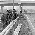 Vangrails beveiliging de weg Rotterdam Den Haag E10, men is bezig aan het laatst, Bestanddeelnr 916-1338.jpg