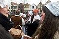 Veel vrouwen praat tijdens het 1 april feest in Brielle.jpg