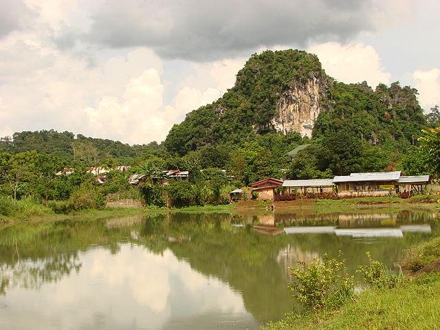 https://upload.wikimedia.org/wikipedia/commons/thumb/a/a4/Vieng_Xai_-_Laos02.JPG/640px-Vieng_Xai_-_Laos02.JPG