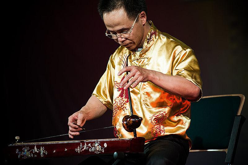 Vietnamese musical instrument Dan bau 2.jpg