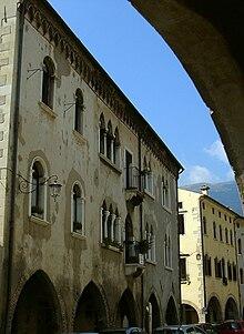 Palazzi di serravalle wikipedia for Antica finestra a tre aperture