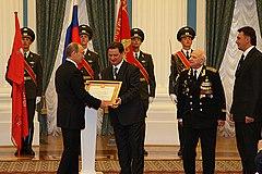 Президент РФ В. В. Путин вручает городу звание «Город воинской славы». 2008 год.