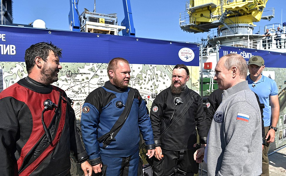 Vladimir Putin inspection of submarine sunk during Great Patriotic War 03.jpg
