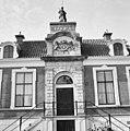 Voorgevel, bovenop de ingangspartij, beeld van Vrouwe Justitia van Ingatius van Logteren - Wageningen - 20348353 - RCE.jpg