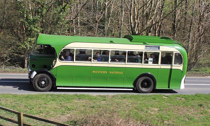 File:Western National 137 (FJ8967) heading north on the A384.JPG