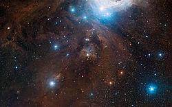 NGC 1980 (u góry zdj?cia), najja?niejsza gwiazda to jota Orionis
