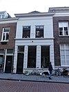 foto van Pand met verdieping onder met blauwe hollandse pannen gedekt schilddak