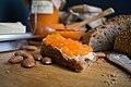 Домашен мармалад од кајсии на леб со путер.jpg