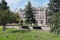Здание бывшей мужской прогимназии (ныне школа №1) - вид с площади.jpg