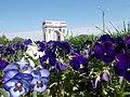 Триумфальная арка и городские цветы..JPG