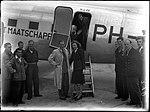 10-07-1946 00378 Wielrenner Jan Derksen met stewardess (11352663623).jpg