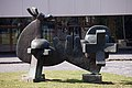 2011-05-21. Santiago de Compostela-Escultura fronte á Facultade de Filosofía.jpg