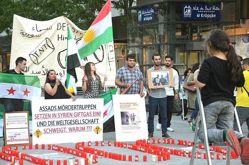 File:2015-08-21 Gedenken am Ernst-August-Platz in Hannover an die Giftgas-Opfer von Ghouta in Syrien, (20).JPG