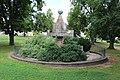 5.Ondřejov pomník padlým celkový pohled ze strany s letopočty MCMXXVIII a MCMXXVIII šikmý pohled z navýšení terénu.JPG