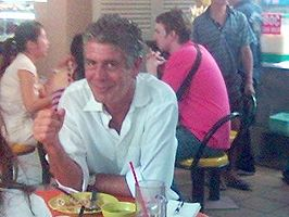 Anthony Bourdain in 2006 tijdens opnames in het Maxwell Food Centre, Singapore.