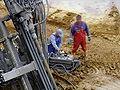 Arbeiter an Bedienpult von Erdankerbohrgerät DSCF6176.jpg
