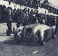 Arrivée victorieuse de Jean-Pierre Wimille aux 24 Heures du Mans 1937.jpg