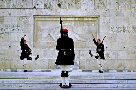 Changing of the Greek Presidential Guard in front of the Tomb of the Unknown Soldier at Syntagma Square. Atenas, Tumba del Soldado Desconocido 3.jpg