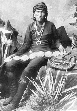"""Native American jewelry - Bai-De-Schluch-A-Ichin or Be-Ich-Schluck-Ich-In-Et-Tzuzzigi (Slender Silversmith) """"Metal Beater,"""" Navajo silversmith, photo by George Ben Wittick, 1883"""