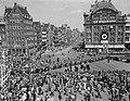 Bezoek Franse president René Coty en diens echtgenote aan Amsterdam, kransleggin, Bestanddeelnr 906-6070.jpg