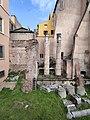 Botteghe oscure - Colonne e palazzi moderni.jpg